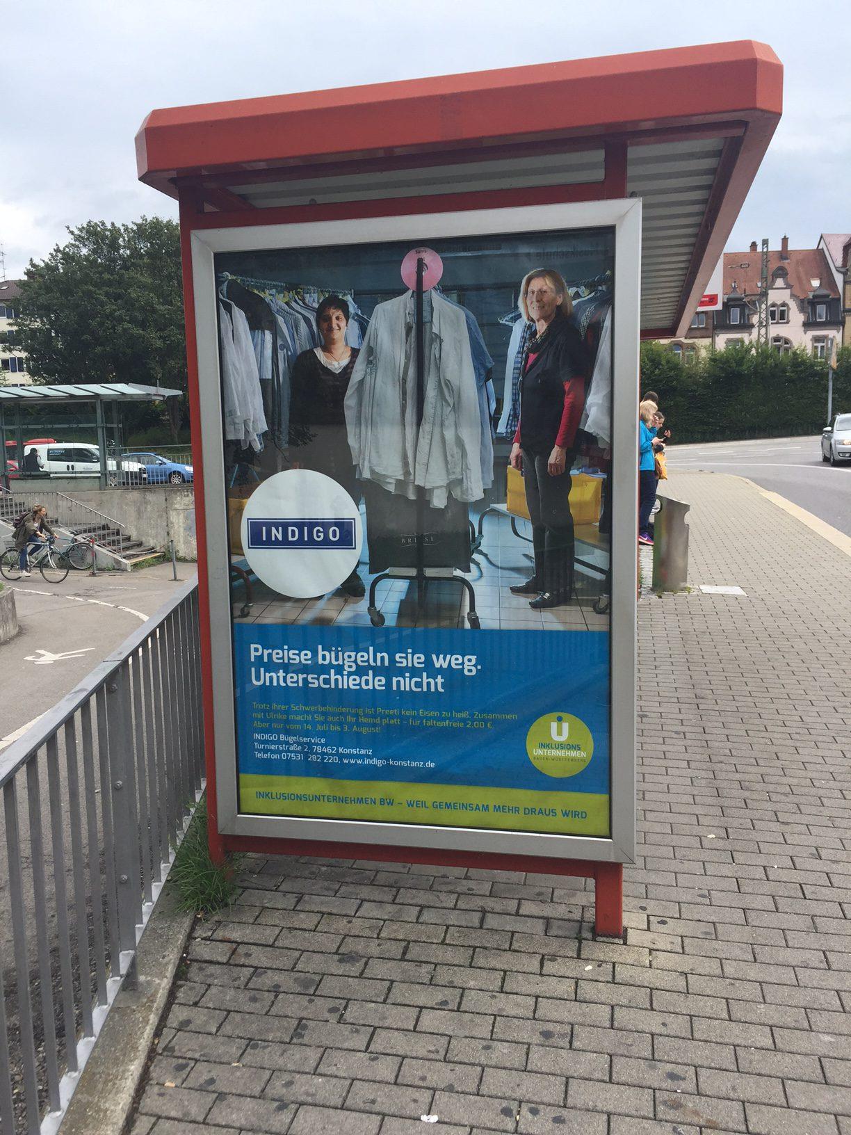 Plakat an Bushaltestelle