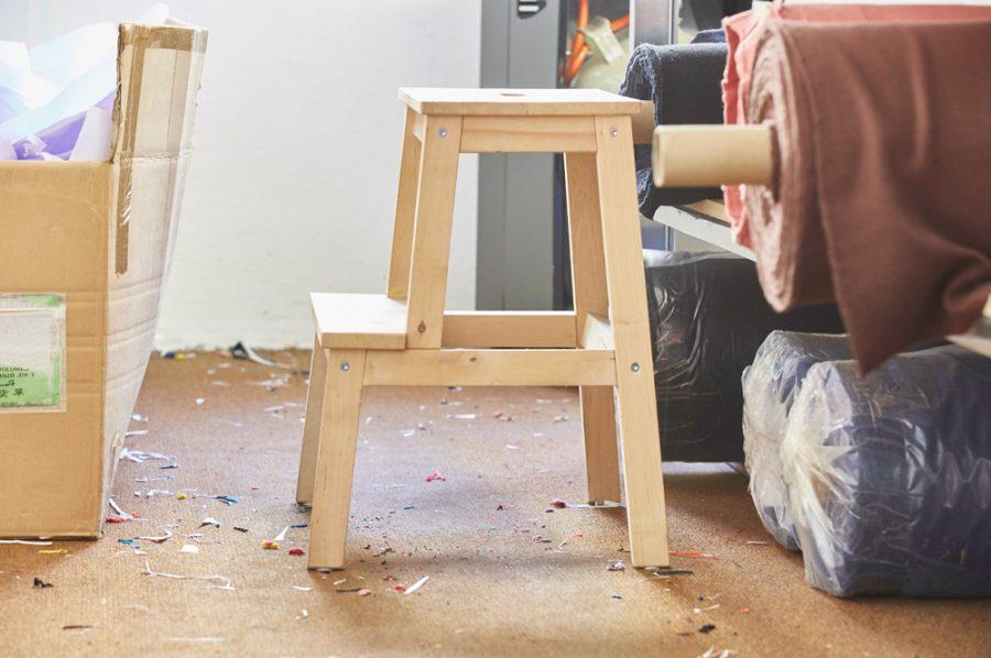 Ein zweistufiger, grob gezimmerter Trittschemel aus naturbelassenem Kiefernholz.