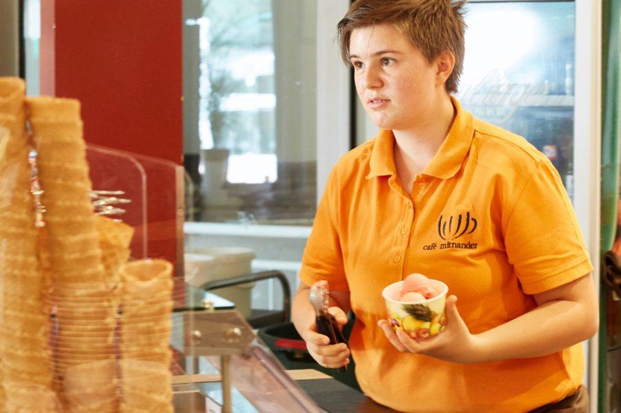 Die kurzhaarige Tamara füllt hinter der gläsernen Serviertheke einen Pappbecher mit Eiskugeln.